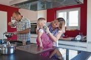 Männer, die sich mit ihrer Frau Hausarbeit und Erziehung der Kinder teilen, sind nach wie vor rar. (Bild: Gaetan Bally/Keystone)