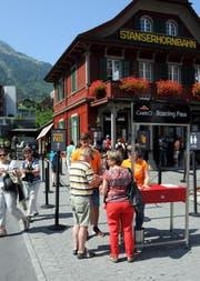 Gäste der Stanserhorn-Bahn in Stans lösen einen Boarding-Pass. (Bild: Adrian Venetz)