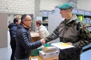 Ein Dank von Kreiskommandant Martin Dudle-Ammann (rechts) an Viktor Röthlin. (Bild: PD)