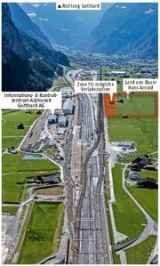 Blick Richtung Süden zum Gotthard. 1,5 von 6,5 Hektaren müsste Landwirt Hans Arnold für den Bau einer Verladestation hergeben. (Bild: Alptransit AG)