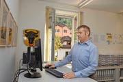 Seit 100 Tagen im Amt: der Urner Sicherheitsdirektor Dimitri Moretti an seinem Arbeitsplatz. Im Hintergrund der Uristier von einer SBB-Lok. (Bild Daniel Regli)