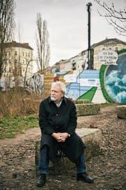 Der 73-jährige Carl-Wolfgang Holzapfel nahe der damaligen Tunnelbaustelle (oben), als junger Mann mit Megafon bei einer Protestaktion nahe der Berliner Mauer zirka 1965 (unten links) und eine Aufnahme der damaligen Tunnelbauer. (Bilder: Gregor Zielke)