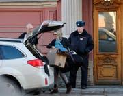 Eine Frau verlässt an Karfreitag die US-Konsulat in St. Petersburg. (Bild: Keystone, St. Petersburg, 30.03.2018)