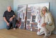 Der Gastgeber Stefan Diethelm und die Künstlerin Edith Thurnherr vor einer ihrer Stadtansichten in Acryl. (Bild: C)