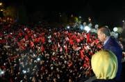 Der Präsident Erdogan und seine Frau winken ihren Anhängern zu in Istanbul. (Bild: Keystone)