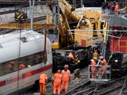 Der letzte Waggon eines am Mittwochabend bei der Basler Bahnhofseinfahrt entgleisten ICE-Zuges wurden am Freitag von der Unfallstelle geborgen. (Archivbild) (Bild: Keystone/GEORGIOS KEFALAS)