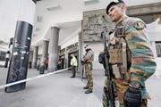Alarmstufe Gelb in Brüssel: Schwerbewaffnete Soldaten bewachen den abgesperrten Hauptbahnhof. Gestern führte die belgische Polizei ausserdem Razzien durch und verhaftete dabei mehrere Terrorverdächtige. (Bild: EPA/Julien Warnand)