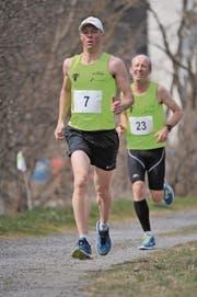 Er siegte an seinem Geburtstag in der Hauptkategorie der Männer: Manfred Jauch (vorne), hier noch mit Andrew Kelly im Schlepptau. (Bild: Urs Hanhart (Erstfeld, 25. März 2018))
