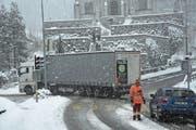 Der Verkehr wurde am Donnerstag auf dem Weg zum Brünig angehalten. (Bild: Robert Hess (Lungern, 28. Dezember 2017))