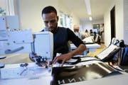 Bei der Arbeit: Im Nähatelier von der JLT Company fand Adnan Shekh Muktar aus Somalia eine Anstellung. Vor einem Jahr wurde das Unternehmen gegründet. (Bild Florian Arnold)