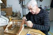 Rund ein Jahr dauert es, bis Edi Kistler ein Bauernhaus-Modell gebaut hat. (Bild Werner Schelbert)