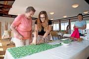 Catherine Loup hilft Vreni Würsch (links) beim Nähen einer Kochschürze, bei der Nähmaschine Besucherin Sonja Loup. (Bild Corinne Glanzmann)