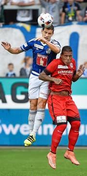 Ricardo Costa, hier im Duell mit Thuns Carlinhos, steht nach seiner Sperre wieder zur Verfügung. Bild: Freshfocus (Luzern, 20. August 2016)