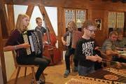 Von links: Jessica Bissig, Levin Imholz und Elena Bissig begleiteten Alina Imholz am Hackbrett, einem Instrument, das im Urnerland nur selten zu hören ist. (Bild: Franz Imholz (Spiringen, 15. September 2017))