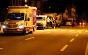 Rettungswagen aus den Kantonen Schwyz, Zug und Zürich wurden aufgeboten. (Bild: Geri Holdener, Bote der Urschweiz)