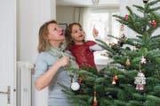 Wertvoller Baum: Elisabeth Taha (54) mit ihrer Enkelin Stella (3). (Bild: Dominik Wunderli (19. Dezember 2017))