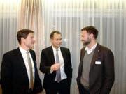 Ständerat Philipp Müller (Mitte) war zu Gast beim Gewerbeverband mit Präsident Edi Engelberger (rechts) und dem neu gewählten Vorstandsmitglied Christoph Baumgartner. Bild: Kurt Liembd (Buochs, 22. November 2016)