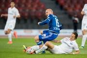 Der Luzerner Marco Schneuwly (Mitte) kämpft um den Ball. (Bild: Keystone / Ennio Leanza)
