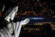 Der Blick vom Cristo Redentor auf das Maracana-Stadion in Rio, wo in der Nacht auf morgen die Olympischen Spiele eröffnet werden. (Bild: Getty/Chris McGrath)