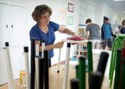 Annamarie Zieri putzt die Galerie in der Turnhalle, während sich Daniela Schurtenberger um das Mobiliar im Schulhaus kümmert. (Bilder Corinne Glanzmann)