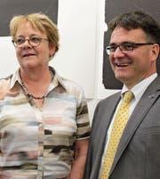 Die neue Präsidentin des Kunstvereins Uri, Elisabeth Fähndrich, mit dem scheidenden Präsidenten Valentin Bomatter. (Bild: Markus Zwyssig (Altdorf, 22. April 2017))