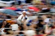 Papst Franziskus ist auf dem Weg zu seiner wöchentlichen Generalaudienz auf dem Petersplatz in Rom unterwegs. (28. Juni 2017) (Bild: Keystone)
