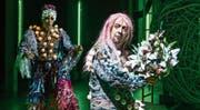 Elfenkönig Oberon (im Vordergrund: André Benndorff) und sein Hofnarr Puck (Wiebke Kayser) auf der Globe-Bühne des Luzerner Theaters. (Bild: Ingo Höhn/Luzerner Theater)