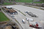 Auf dem Areal des Schwerverkehrszentrums Uri hat es Platz für 530 Lastwagen. (Bild: Urs Hanhart (Erstfeld, 16. März 2017))