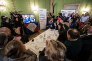 Anhänger von Ignazio Cassis klatschen, als sie das Wahlergebnis auf dem Bildschirm erfahren. (Bild: Keystone)