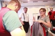Trudy Gisler kleidet seit über 20 Jahren die jungen Sennen an der Kilbi ein. (Bild: Florian Arnold)