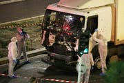 Die Spurensicherung bei der Untersuchung des LKW, mit dem der Attentäter in die Menschenmenge gerast ist. (Bild: AP (Keystone))