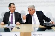 Peter Föhn, Ständerat SVP, argumentiert mit Philipp Müller, FDP, am Ende einer Medienkonferenz über die Umsetzung der Masseneinwanderungsinitiative. (Bild: Keystone)