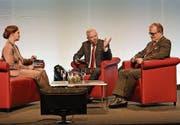 Moderatorin Michèle Schönbächler im Gespräch mit Bankratspräsident Daniel Dillier (Mitte) und CEO Bruno Thürig. (Bild: Robert Hess (Alpnach, 8. April 2017))