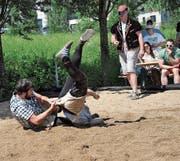 Michael «Tuchu» Arnold bodigt Devin Rodriguez mit dem Schwung des Tages. (Bild: Marlis Wipfli (Flüelen, 10. Juni 2017))