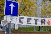 Ein Banner zu Ceta in Belgien. (Bild: AP Photo/Thierry Monasse)