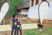 Daniela Kaiser und Hermann Suppiger haben das Ziel im Tempel Tigernest Taktshang auf über 3000 Metern über Meer erreicht. (Bild: PD)