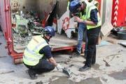 Am Mittwoch wurden die Trümmerteile des abgestürzten F-5-Tiger der Patrouille Suisse in den Niederlanden geborgen. (Bild: EPA/ANTON KAPPERS)