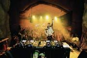 DJ Antoine heizt der feiernden Schar in der Kaverne am Fusse des Brünigs ein. (Bild: Adriana Carkanji/Brünig-Park (Lungern, 4. November 2017))