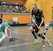 Sarnens Robin Markström (am Ball) umläuft einen Thurgauer Gegenspieler. (Bild: Simon Abächerli (Sarnen, 17. März 2018))