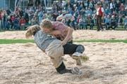 Solch spannende Szenen wie am Eidgenössischen Schwingfest 2016 in Siebnen soll es am kommenden Samstag auch am Frauen-Kranzschwingfest in Göschenen geben. (Bild: René Nussbaumer (Siebnen, 24. September 2016))