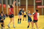 Der LK Zug spielt gegen DHB Rotweiss Thun in der Sporthalle Zug. Soka Smirtran vom LK Zug zielt auf das gegnerische Tor. (Bild: Christian H. Hildebrand)