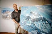 Die Ausstellung Berg und Tal im Talmuseum Engelberg hat am kommenden Samstag Vernissge. Im Bild Künstler Werner Beyeler beim Aufhängen der Bilder. (Bild: Corinne Glanzmann / Neue NZ)
