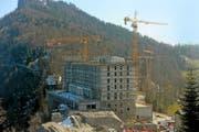 Für das Bürgenstock-Resort – hier ein Bild von der Baustelle im Frühling – müssen die Abwasserleitungen ausgebaut werden. (Bild Eveline Beerkircher)