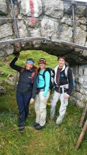 War nie allein unterwegs: Karin Kayser mit ihrer Tochter Eliane und deren Freund Andreas am Pilatus (von links). (Bild: PD)