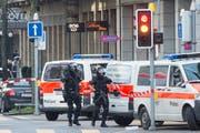 Polizisten sichern den Bereich der Nuescheler- und Sihlstrasse in der Zürcher Innenstadt ab. (Bild: Keystone)