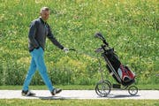 SRF Moderator Rainer Maria Salzgeber beim Golfen auf dem Golfplatz Andermatt. (Bild: Philipp Schmidli (Andermatt, 30. Juni 2017))