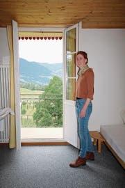 Geschäftsführerin Zoe Stadler lässt aus einem der frisch renovierten Zimmer blicken. (Bild: Marion Wannemacher (Flüeli-Ranft, 29. Juni 2017))