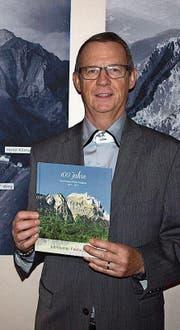 Werner Marti mit der Festchronik. (Bild: Kurt Liembd (Hergiswil, 18. November 2017))