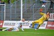 FCL-Stürmer Marco Schneuwly (in Weiss) konnte am Sonntag gegen Luganos Torhüter Mirko Salvi (in Gelb) nicht skoren. (Bild: Freshfocus/Martin Meienberger)