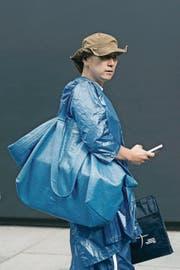 Heute gehe ich als Ikea-Tasche verkleidet, hat sich dieser Herr gesagt. Seine Tasche ist allerdings von Balenciaga. (Bild: Kirstin Sinclair (Getty Images Europe))